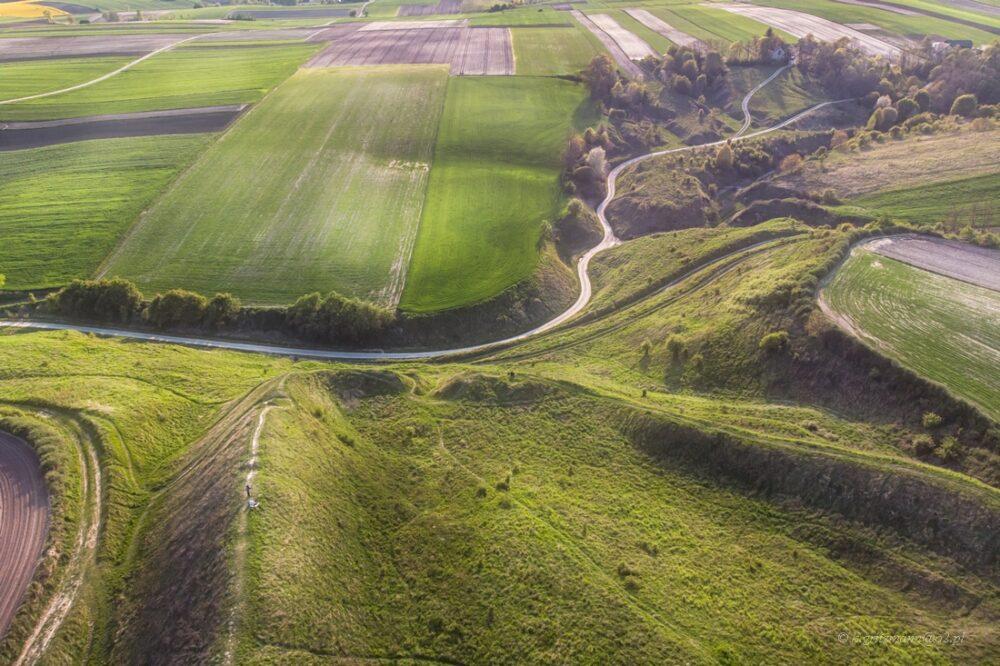 Stradów - grodzisko - widok na wały, dron