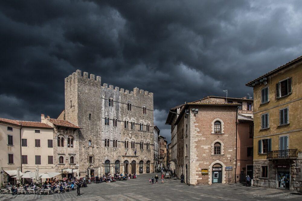 Massa Marittima - plac przed kościołem, pochmurny dzień